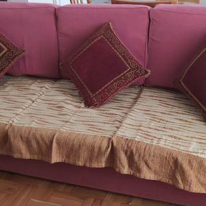 Τριθέσιος καναπές μαζί με τα μαξιλάρια και το κάλυμμα