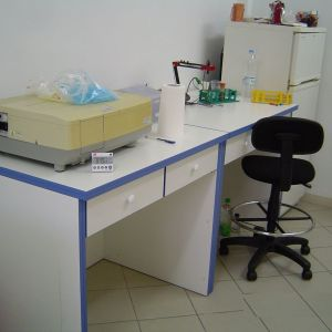 Πωλείται εξοπλισμός χημικού εργαστηρίου και πάγκοι .