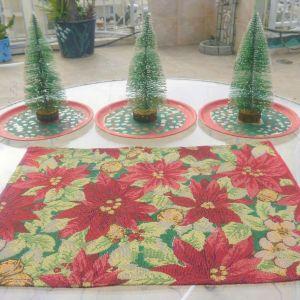 Σουβέρ Χριστουγεννιάτικο υφαντό διαστάσεων 70χ70εκ, και 3 πευκάκια διακοσμητικά κολλημένα μαζί με τρία ζωγραφισμένα πιατάκια.