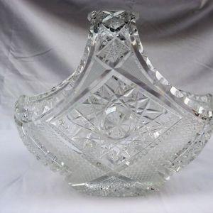 Βαρύ κρυστάλλινο διακοσμητικό σε σχήμα καλαθάκι με πολλά σκαλίσματα.