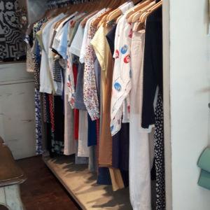Εξοπλισμός κρέμασης ρούχων για show room η κατάστημα ρούχων