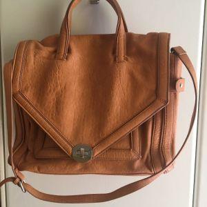 Μπεζ τσάντα Zara, fake leather, ελαφρώς μεταχειρισμένη, με δυο πολύ μικρά γδαρσίματα (βλέπε φωτογραφίες). Διαστάσεις: 26Χ36Χ11.