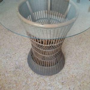 Ψάθινο τραπέζι με γυαλί. Διαστάσεις: ύψος 74cm, διάμετρος γυαλιού 74cm.