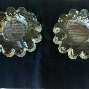 """Γιάλινα σταχτοδοχεία (2) vintage, με ιδιαίτερο σχέδιο """" μαργαρίτα,"""" δεκαετίας'60. Διάμετρος 11, 5 εκατοστά και βάρος 600 γραμμάρια το καθένα. Και τα δύο μαζί 20 ευρώ."""