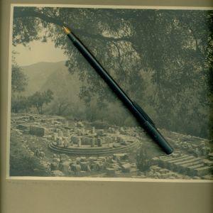 ΠΑΛΙΑ ΦΩΤΟΓΡΑΦΙΑ. ΔΕΛΦΟΙ. Αποψη . Φωτογραφία του 1936 Γάλλου φωτογράφου επικολλημένη σε χαρτόνι. Διαστάσεις φωτογραφίας 17,50 χ 23 εκατ. Με το χαρτόνι 31χ32 εκατ.