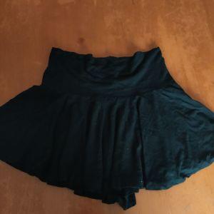Μαύρη μίνι φούστα