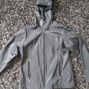 Μαύρο μπουφάν, υλικό αδιάβροχο νάιλον, με φερμουάρ και κουκούλα, ζεστο Large