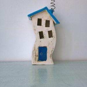 Χειροποίητο κεραμικό σπίτι για ρεσώ . Διαστάσεις: Ύψος 16cm, βάθος 8cm, πλάτος 8cm.
