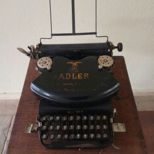 Γραφομηχανή ADLER No 7 1910-1920. Frankfurt Germany. Με τη ξύλινη θήκη της