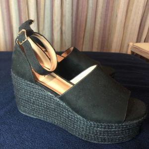 Platform sandals in black color