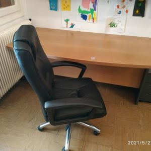 Γραφείο και καρέκλα γραφείου και συρταριέρα
