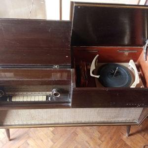 vintage έπιπλο ραδιόφωνο και πικάπ