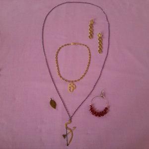 Δύο κολιέ με καρφίτσα, ένα ζευγάρι σκουλαρίκια και ένα ακόμη σκουλαρίκι.