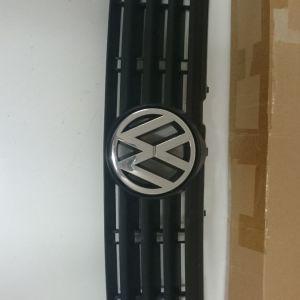 Μάσκα VW PASSAT με το σήμα πάνω.
