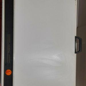 Πινακίδα γραμμικού σχεδίου 52cm × 72cm  με παραλληλογράφο 70cm PL-102 με φρένο και χερούλι και τσάντα σχεδίου με χερούλι, Hobby 60cm × 74cm x 6cm. Προσφέρεται συναρμολογημένο και έτοιμο προς χρήση.