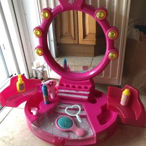 τουαλετα ομορφιάς Barbie με αξεσουάρ