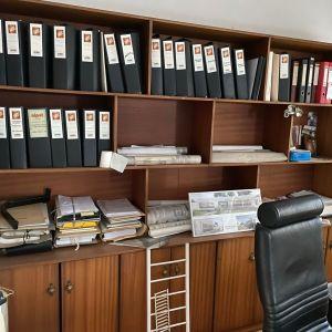 Βιβλιοθηκη και ντουλαπιέρα σε καφε χρωμα, αντίκα, με πολλα ραφια και χωρις φθορες και χτυπηματα