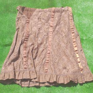 Φούστα με δαντέλα σοκολατί, με ενσωματωμένη φόδρα, μέγεθος L-XL, αφόρετη. Και μαύρη φούστα με πούλιες-στρας αφόρετη μέγεθος  L-XL με λάστιχο.