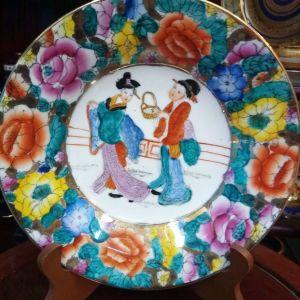 Vintage ασιατικής τέχνης πιάτο επισμαλτωμένο και ζωγραφισμένο στο χέρι Floral και παράσταση Γκέισες...Διάμετρος 23cm