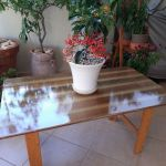 Χειροποίητο τραπεζάκι για εσωτερικό ή εξωτερικό χώρο, διαστάσεων 96x56,5 εκ. Κατασκευασμένο από υγρό γυαλί και ξύλο Ιρόκο σε απαλό πράσινο μεταλλικό χρώμα. Η επιλογή ποδιών δική σας.