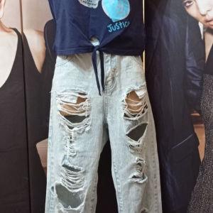 Jean Forever Denim με σκισιματα και τοπακι t shirt