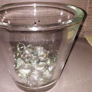 Γυαλινο βαζο με γυαλινες πετρες