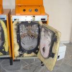 Ένας λέβητας πετρελαίου wolf με τον  καυστήρα  και την δεξαμενη