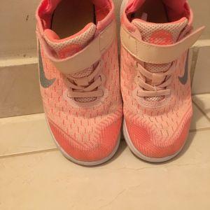 Nike free αθλητικό για κορίτσι απίστευτα μαλακό !!Νουμερο 29,5