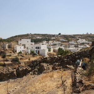Πωλείται Οικόπεδο 1036 τ.μ. με Αχυρώνα στο Χωριό (Κίμωλος), εντός οικισμού με πρόσοψη στον κεντρικό δρόμο.
