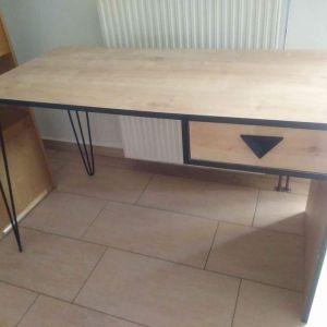 γραφείο ξυλινο με μεταλλικα ποδια
