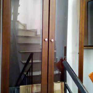 Βιτρίνα ξύλινη με τζάμια, πολύ όμορφη, άριστη κατάσταση, άριστη κατασκευή και ποιότητα.