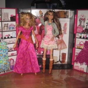Barbie ντουλαπα  με 2 Barbie και 2 Εξτρα φορεματα .