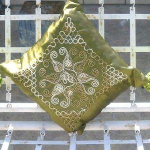 3 μαξιλάρια με γέμισμα, και κάλυμμα μαξιλαριού με ανάγλυφη γεωμετρική λεπτομέρεια.Σταθερό πράσινο πατάκι, χαλάκι,  μαζί με πιάτο πορσελάνινο, ζωγραφισμένο με φυσικά πετραδάκια και ψεύτικα λουλούδια