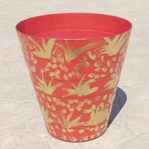 Κόκκινο πλαστικό πολύ γερο δοχείο για διάφορες χρήσεις, βαμμένο σε χρυσό χρώμα, έχει ύψος 30 εκατοστά.