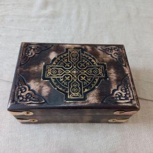 Ξύλινο σκαλιστό κουτί με μπρούτζινες λεπτομέρειες 15×10×6εκ
