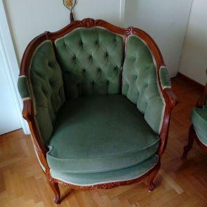 Σαλόνι, τριθέσιος καναπές (μήκος 1,78m) και δύο πολυθρόνες. 320 ευρώ.