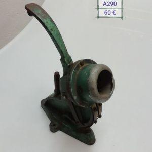 Παλιό μηχάνημα (πρέσα) για κουμπιά