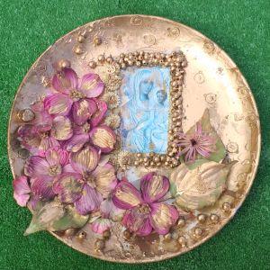 Διάφορα Πιάτα πορσελάνινα για ντεκόρ τοίχου και επιτραπέζια,  ζωγραφισμένα στο χέρι, με κοχύλια, εικόνα της Παναγίας, ψεύτικα λουλούδια και πετραδάκια φυσικά,