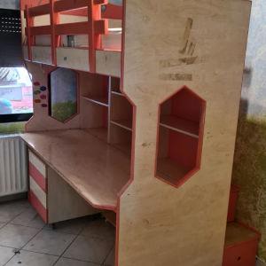 υπερυψωμενο κρεβάτι με γραφείο και βιβλιοθήκες.