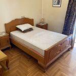 Ξύλινο μασίφ κρεβάτι με κομοδίνα