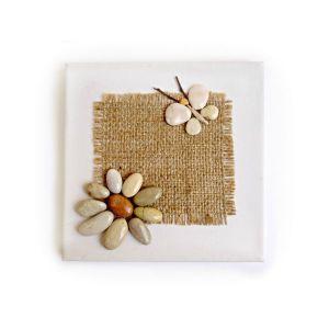 Καδράκι με λουλούδι και πεταλούδα.