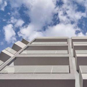 Ένα σύγχρονο,εντυπωσιακό κτήριο Διαμερισμάτων και μεζονετών ιδιαίτερης αισθητικής και λειτουργικότητας που ακολουθεί πιστό στις  σύγχρονες τάσεις.
