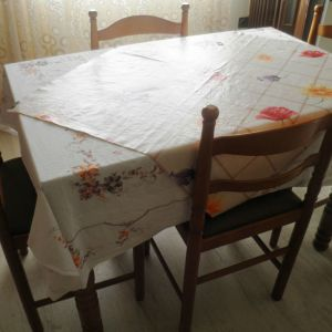 Τραπέζι κουζίνας από ξύλο.