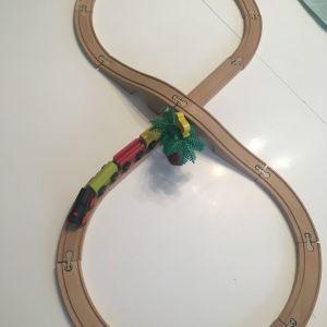 Ξύλινο μαγνητικό τραινάκι με ξύλινο σιδηρόδρομο και ξύλινη μαιμου