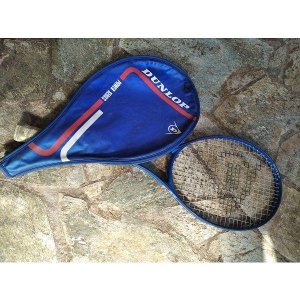 polite raketa tou tenis, me tin thiki tis.