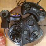 SEGA GENESIS 32X, αυθεντικη αμερικανικη συσκευη με ανταπτορα τηλεορασης κ μετασχηματιστη ρευματος. Ερχεται με συλλογη απο τα καλυτερα παιχνιδια μαχης κ χειριστηρια.
