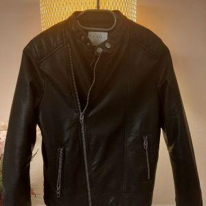 Zara μαύρο δερμάτινο μπουφάν αγόρια 10years 140cm ζεστό με φερμουάρ!