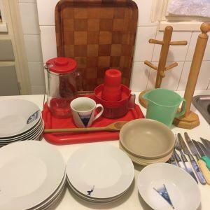 δίσκοι,ξύλινη κουτάλα,θήκη για χαρτί κουζίνας και κούπες, κούπα,κανάτα,στίφτης,πιάτα,μαχαίρια,πιρούνια,πιάτα