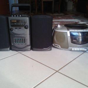 ένα στερεοφωνικό που παίζει μόνο ο σταθμός και ένα ράδιο cd