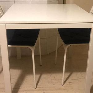 Τραπέζι και δύο καρέκλες